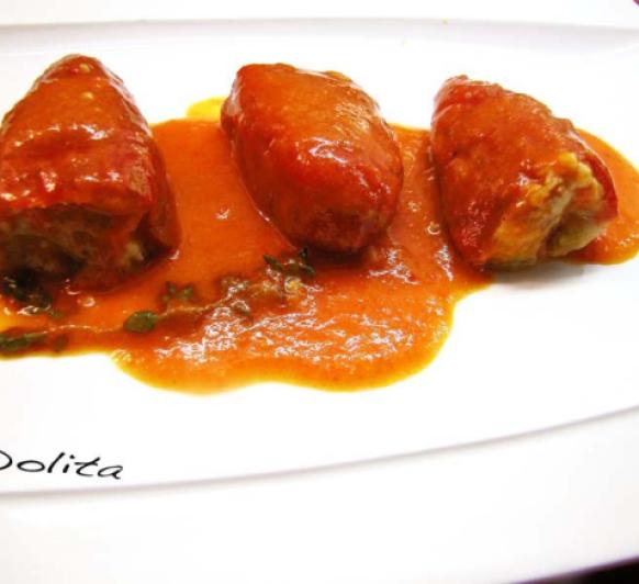 Pimientos del piquillo rellenos de pollo con salsa de tomate a la hierbabuena
